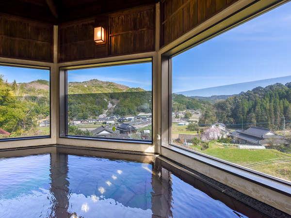 *【温泉/男湯】のどかな山あいの風景を望む展望風呂が2種類あります。