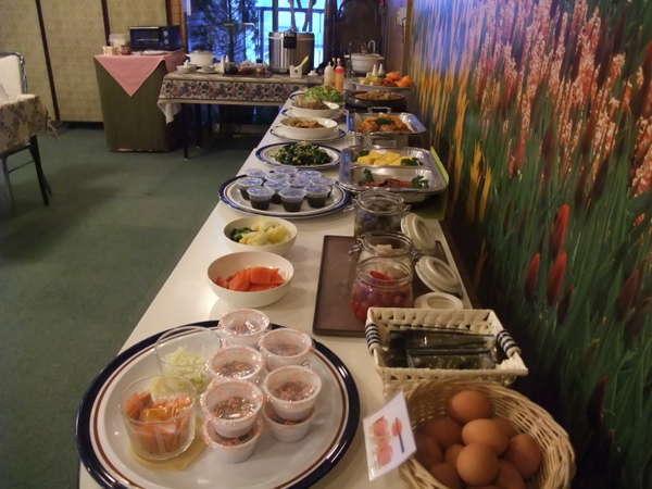 朝食バイキング!!お客様に好評です。日により個々のお膳タイプになる場合もございます。