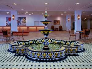訪れる人を優しく迎えるアラベスク模様の噴水