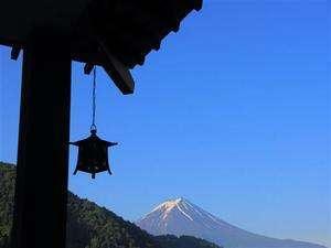 当館玄関先からの富士山を眺める
