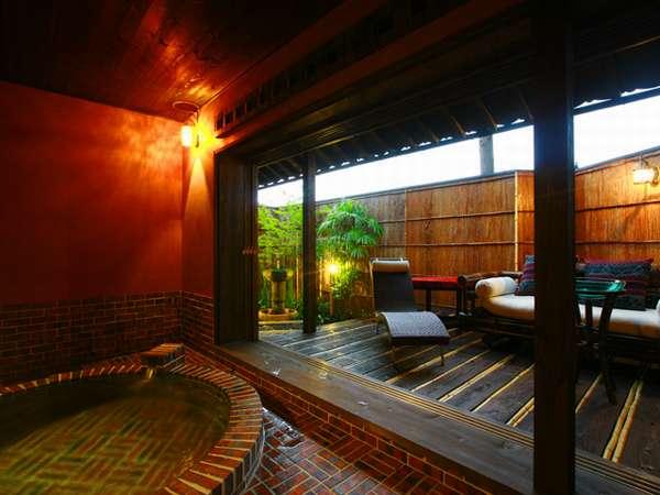 離れ「庄屋」の半露天風呂。レンガ造りで、大きなテラスがあり、ゆっくりと美人の湯を独り占めできます。