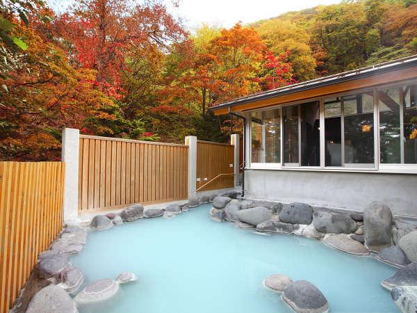 【露天風呂「空ぶろ」】秋は鮮やかな紅葉に 写真提供:じゃらんnet