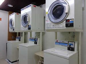 1階にはコインランドリーを設置しております。洗剤はフロントで販売をしております。