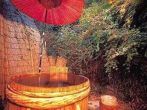 珍しい本物の酒樽で作った四季を味わえる貸切露天風呂(40分3150円)(要予約)