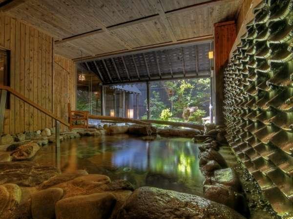 壱の湯の露天風呂からは庭を一望。瓦から流れる温泉の音が心地よいBGMです。