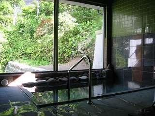 源泉100%かけ流しが自慢のお風呂。滞在中いつでも入浴可能!