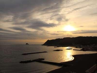 10月から3月にかけては岬の向こうからの日の出になります。朝日がきらきらと映し出される様子がキレイ♪