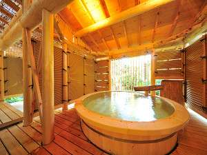 高野槇造りの露天風呂。大きな湯船は、高野槇【湯壺の直径では県内一)