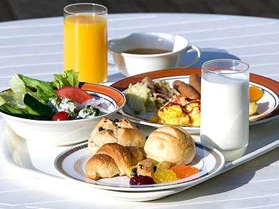 安比高原牛乳をはじめ地場野菜等を使用した朝食でリゾートの朝をゆっくりとご体感ください。