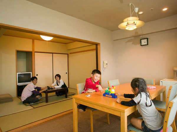 家族連れに人気のダイニングテーブルや間仕切りのある和洋室!
