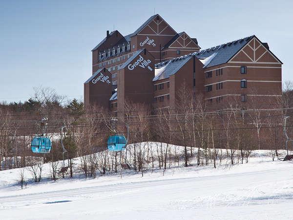 ハイシーズンはゲレンデ滑り込みが可能!仲間や家族でスキーやスノボを楽しむならくつろぎの和洋室。