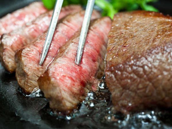 焼きたての牛ロースステーキ