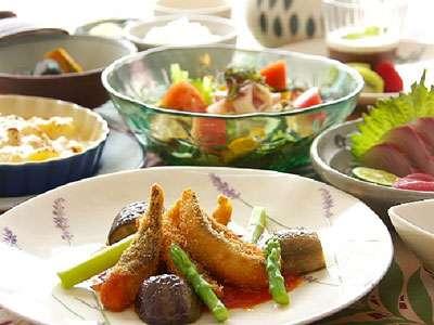 地元でとれた新鮮な魚や野菜を使用したご夕食例(大人様)