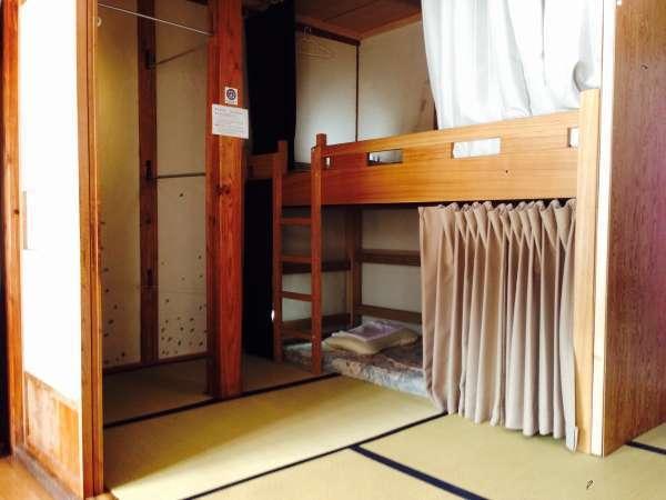 仕切りカーテンがある大きめの2段ベッド