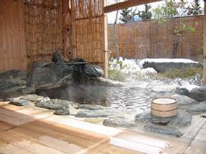 冬の露天風呂、冬囲いするので吹雪の日でも想像よりは快適に入れます。
