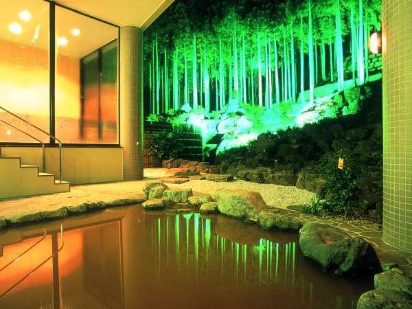 幻想的な露天風呂。2種の混合泉は福井県内でも唯一。