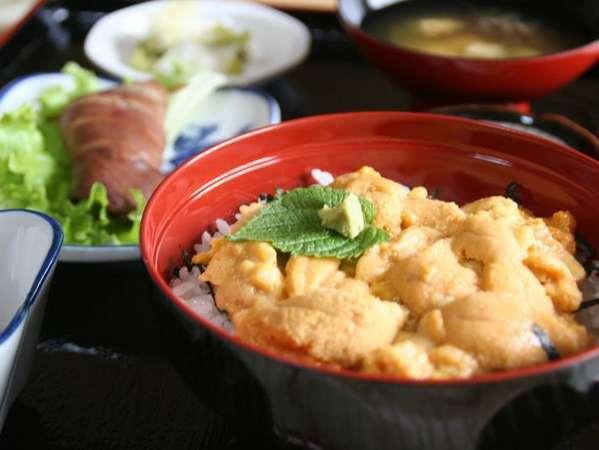 ウニ丼は日帰りの方は2,600円(税込)※要予約、宿泊の方は2,000円(税込)で追加できます。