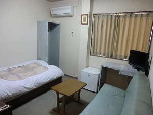 洋室です。右手のソファーがベッドになります。(2名OK)幅はベッドより広いです。