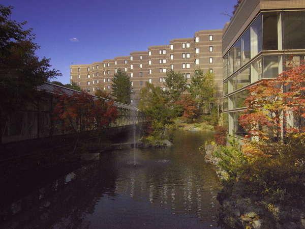 【外観 秋】四季に合わせて色とりどりの美しい景色に包まれるホテル外観