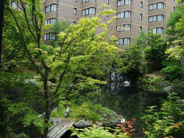 【外観 春~夏】四季に合わせて色とりどりの美しい景色に包まれるホテル外観(夏)