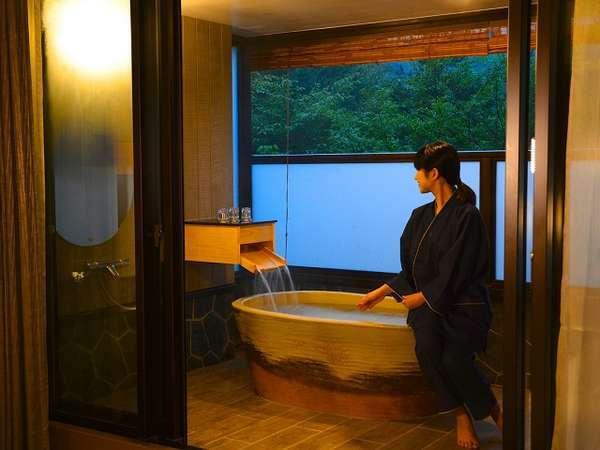 テラス露天プレミアムスーペリアツインは源泉掛け流しの美肌の湯を浅間山の眺望と共に楽しめます