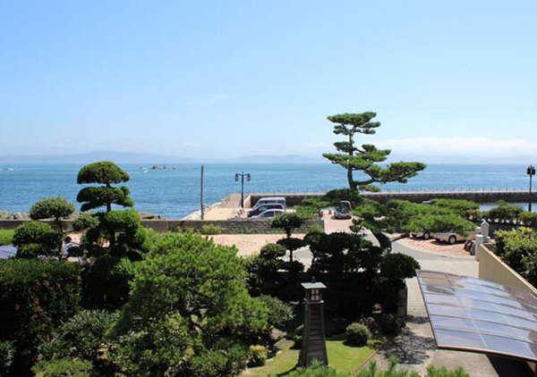 お部屋からは庭園とオーシャンビューが楽しめます。天気の良い日は朝日も最高です♪