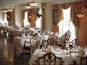 ホテルヨーロッパ内のフレンチレストラン「デ アドミラル」。窓からはヨーロッパの街並みを臨む