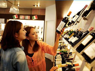 場内のショップでお気に入りのお酒を買って、お部屋で乾杯!(グラスやワインオープナーもお部屋にあり)