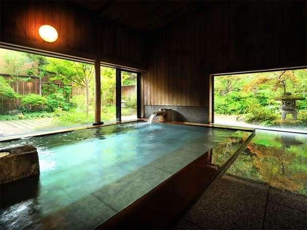 【大浴場】 自然の緑が目にまぶしい大浴場で、ゆったりのんびり。