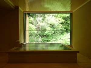 木が香り、眼下に湯川を臨んだ、眺めの良い湯舟です。貸切展望風呂「滝見の湯」
