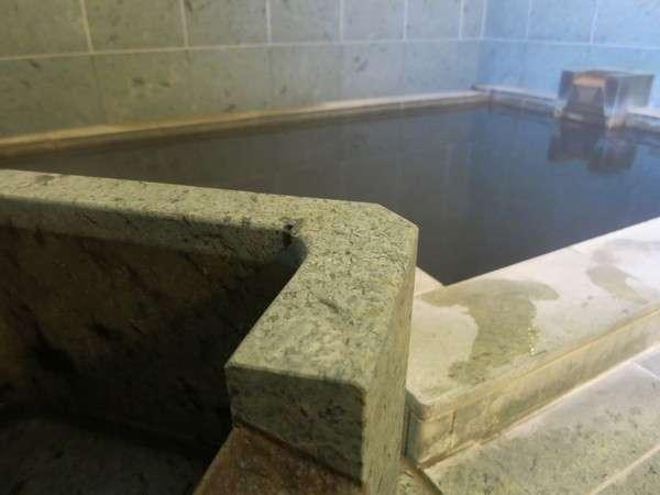 800年の歴史がある秘湯「知内温泉(しりうちおんせん)」のお湯でございます。