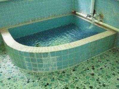 天然温泉をかけ流しでお楽しみいただけます。24時間入浴が可能です。
