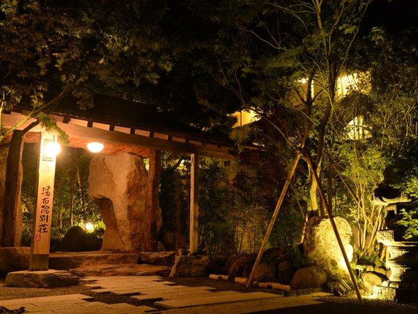 夜の門はライトアップされるとさらに落ち着いた雰囲気に♪