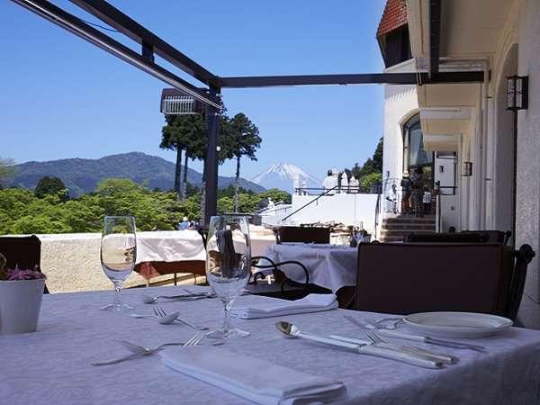 レストラン「ヴェル・ボワ」のテラス席から見る富士山 写真提供:じゃらんnet