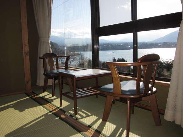 客室 目前に河口湖、眺望が広がります。全室無料Wi-Fi完備 全室禁煙です。