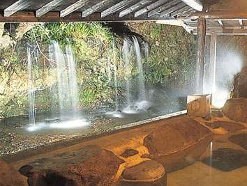 豪快な滝見露天風呂