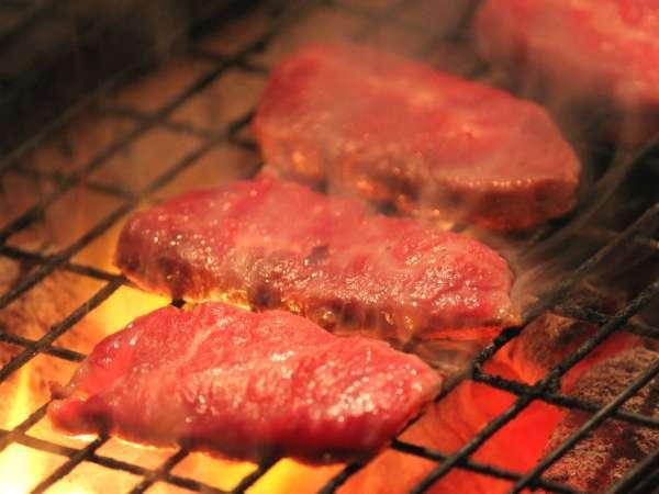 お肉もお野菜も「網焼き」でジュージュー!ご家族やお仲間と一緒にお楽しみください♪(網焼き例)