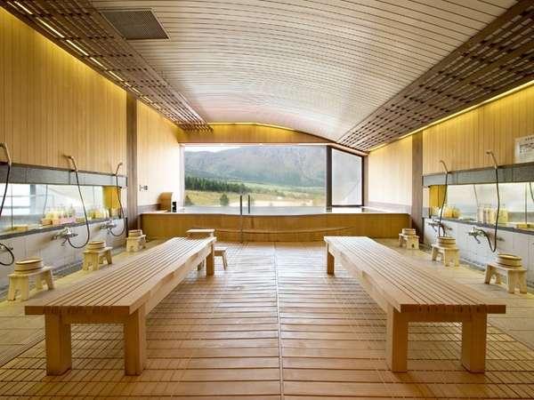 標高1261mの禿岳(カムロダケ)を一望する大浴場。露天のような大きな窓から雄大な眺めを
