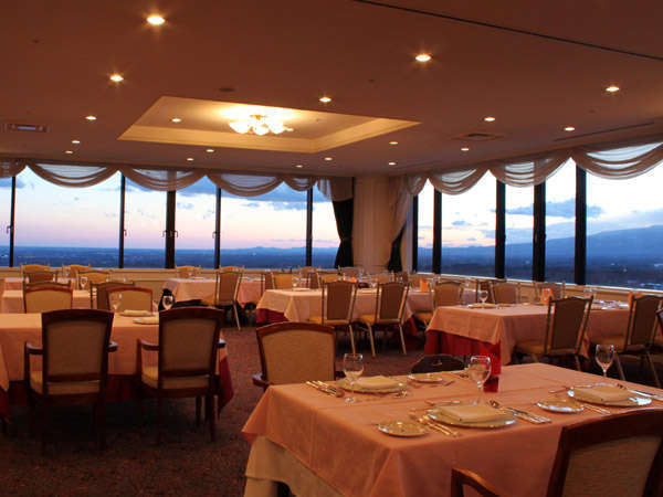 13階スカイレストラン『パレット』絶景を楽しみながらの食事が出来ます。
