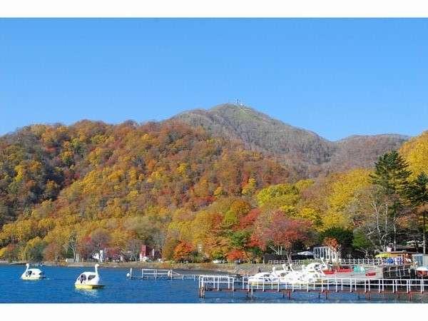 秋の支笏湖と紋別岳
