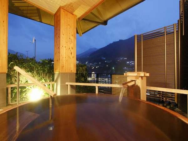 当館自慢源泉掛け流しの貸切露天風呂、夜景を眺ながら至福のお時間をお過ごし下さい