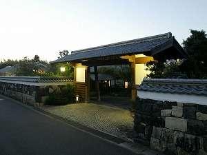萩城三の丸の中心/江戸時代の武家屋敷を彷彿とさせる北門屋敷の表門。当時の石垣が歴史を語ります。
