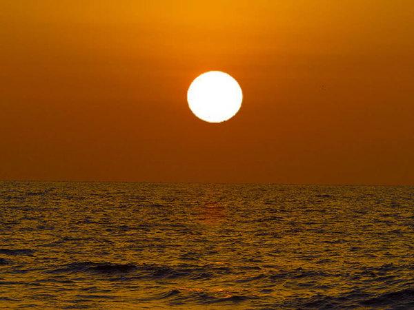 【小茂田浜から見える夕日】当館から徒歩で約7分。旅の思い出の1枚に☆