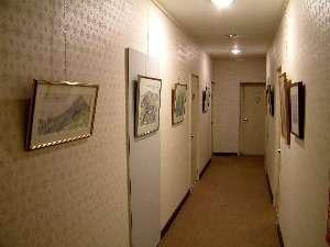 客室の廊下に山の絵のミニギャラリー開設中