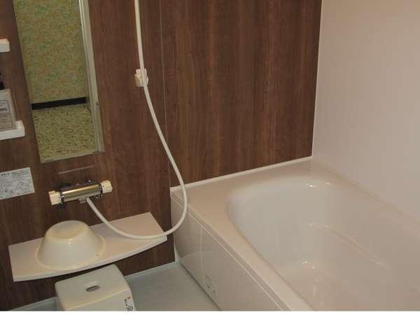 シャワーがついた広い浴室にシャンプー、リンス、ボディソープ完備
