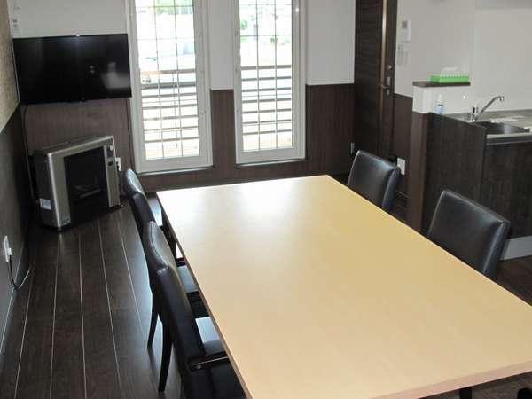 大き目のテーブル、テレビ、Wi-Fi、他 完備