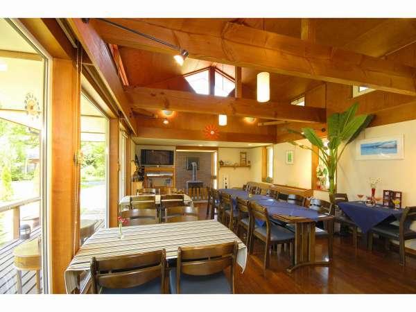 木のぬくもり感じる館内リビングは共有スペースとなっております 朝食もこちらになります