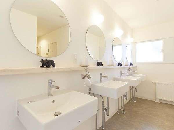 ・共同の明るい洗面所です。4台設置しております