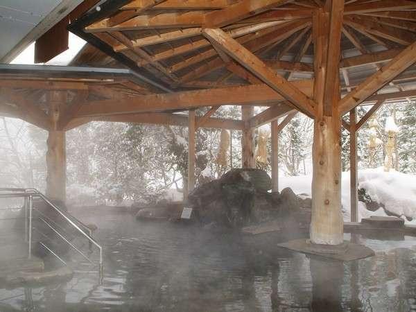 雪景色を望む露天岩風呂