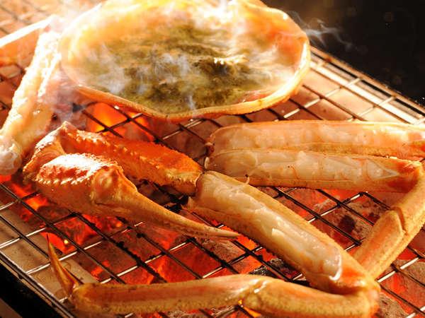 香ばしい匂いがたまらない焼蟹。目を離さずに食べ頃に味わってください。